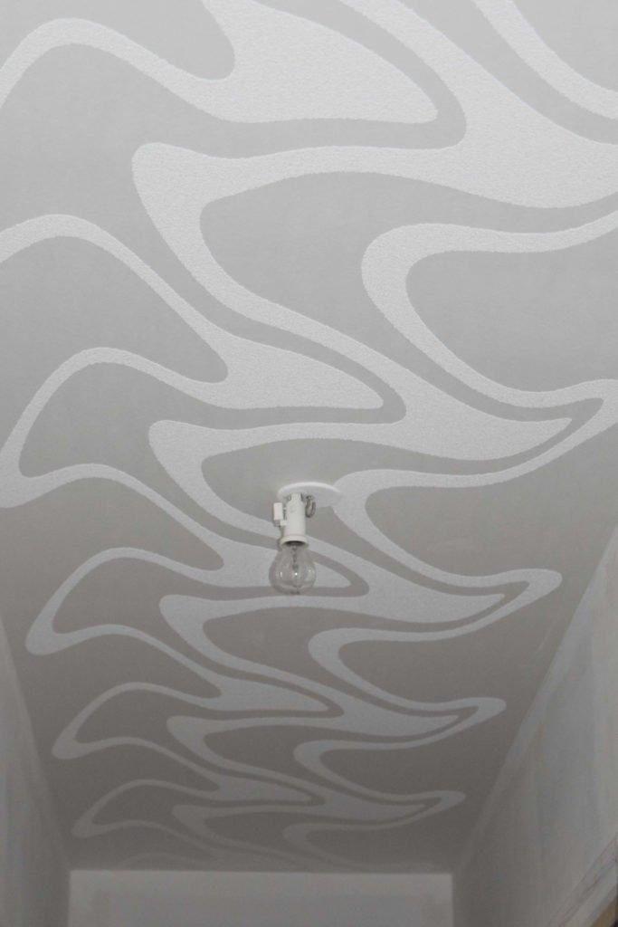 Pose d'une toile décorative au plafond