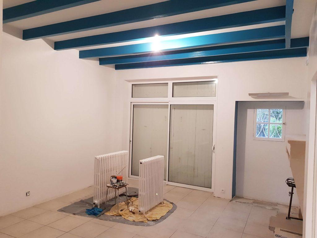 Peinture Bois - Peinture bleue sur poutre en bois intérieur