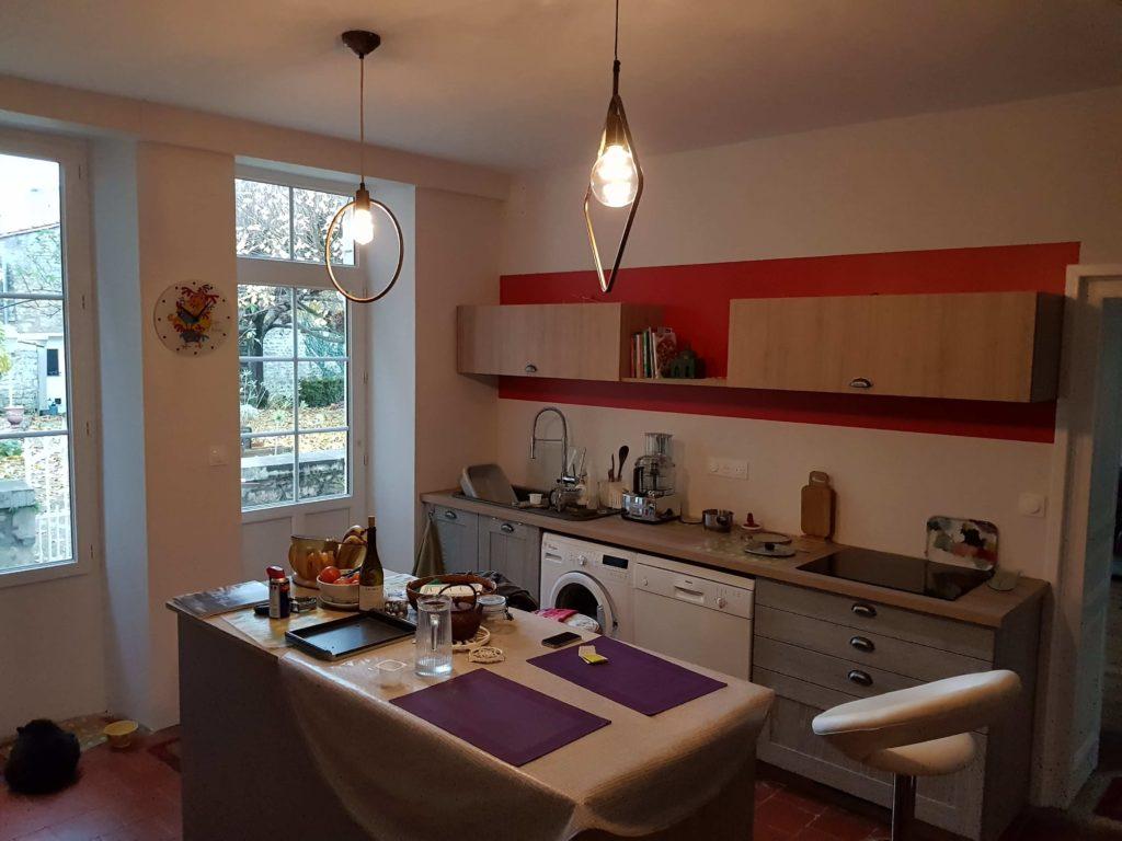 Peinture intérieure - Bandeau orange derrière meuble de cuisine