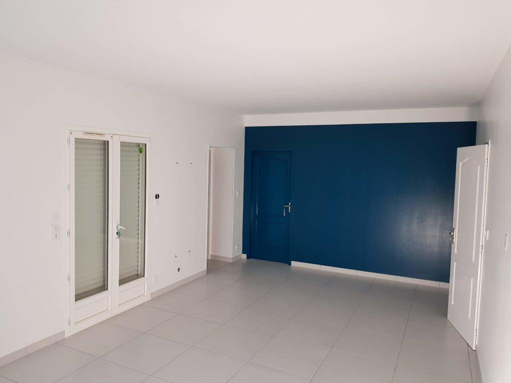 Peinture intérieure - Pièce terminée après travaux de peinture - Couleur bleu foncé